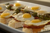 Deliciosa tapa de chorizo, pimiento y huevo de codorniz